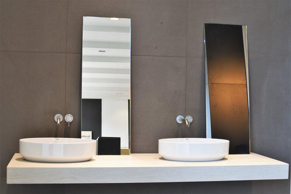 lavabo, grifos y espejos las palmas