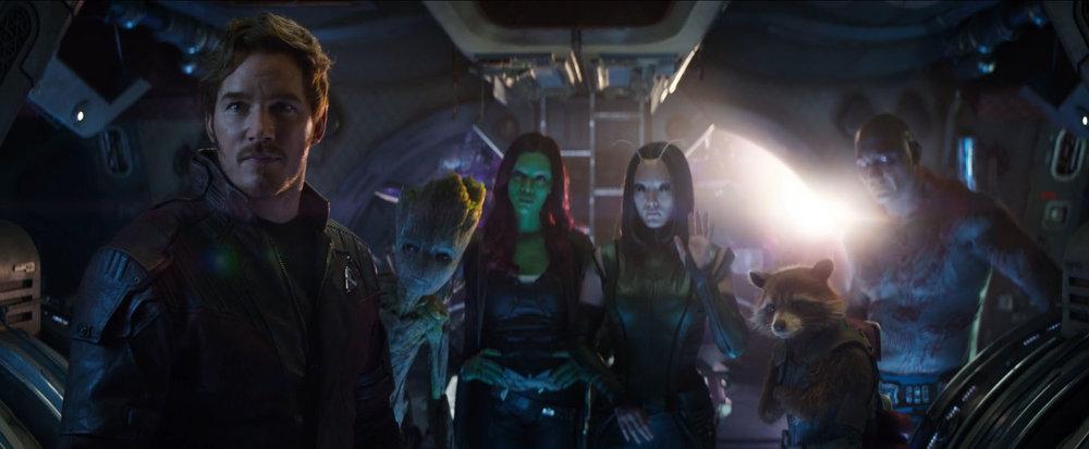 Guardiansi nadal są najlepszą ekipą w zestawie, dodatkowo podnoszącą wartość komiczną wszystkich ziemskich bohaterów, w których sąsiedztwie się znajdą. Ale Strange, Stark i Spidey też nie mają co narzekać na zbyt drętwe dialogi.