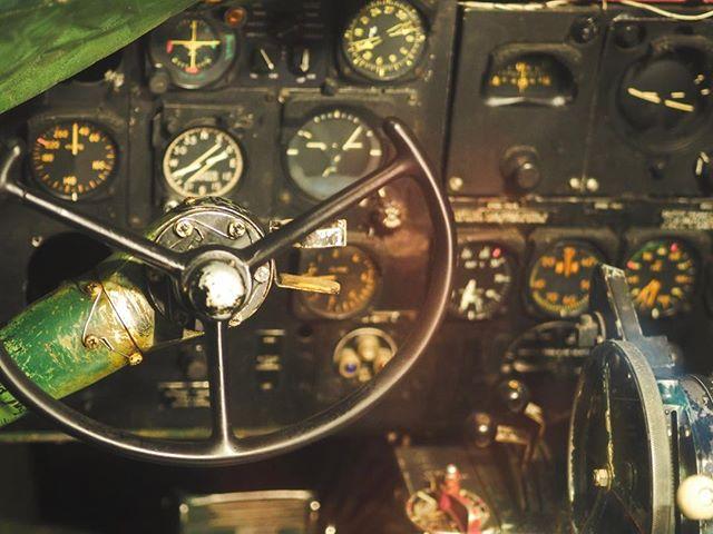 Il y a des photos aux ambiances particulières que l'on aime plus que d'autres. Celle là en fait partie. C'est au musée de la science à Londres. Un musée extraordinaire que j'ai arpenté, notamment la section aviation tout en envoyant des photos à @captain_oveur 😁  #london #londres #museedelascience #sciencemuseum #aviation #avion #history #travel #voyage #science #plane