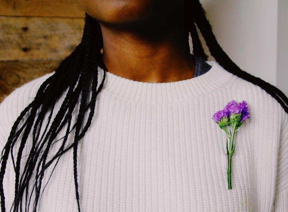 MANIFIESTO - Women Revolution by Colvin El 2 de Marzo de 1955, una mujer afroamericana llamada Claudette Colvin, se negó a ceder su asiento en el autobús a una persona blanca. Su acción fue el detonante que desencadenó la lucha por los derechos civiles en EEUU, y Colvin nace en homenaje a su valentía.Por este motivo hoy impulsamos el #womenrevolution, para apoyar a todas las mujeres que como Claudette Colvin luchan por cambiar el mundo defendiendo la igualdad.Te animamos a que el próximo 8 de marzo, con motivo del día de la mujer trabajadora, tomes partido y lleves esta flor. Siempreviva, un símbolo de inconformismo que queremos que hagas tuyo y un icono para recordar a las heroínas que han alzado la voz contra las injusticias.¡Únete a la Women Revolution! INSTAGRAM: @_womenrevolution