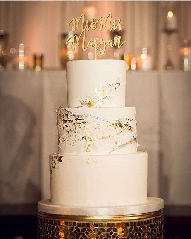 Edible metallic foil on white fondant #weddingeleganza #weddingwednesday . 📸: @bigcitybride @cristinagphoto