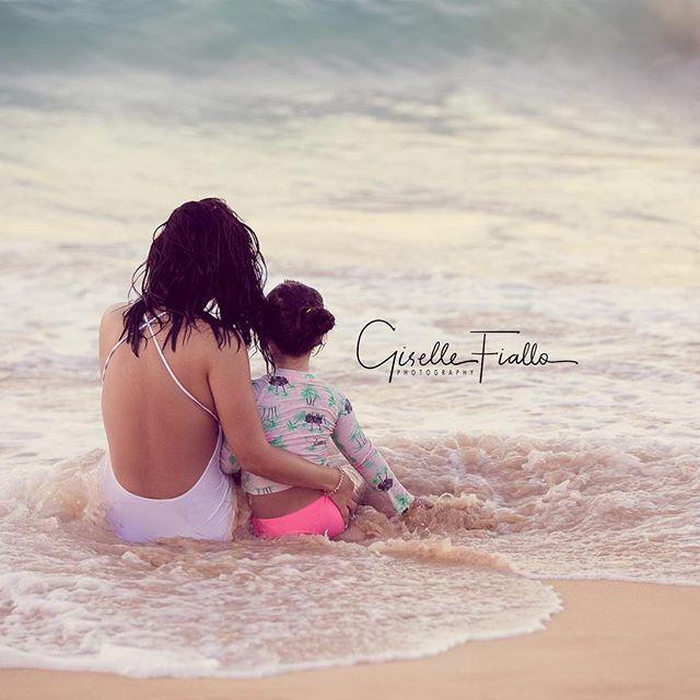 Hay momentos que duran toda la vida. Aqui mi hermana @larimarfiallo y su alma gemela: Jimena. Yo, una simple testigo de su absoluta complicidad. A través de @lacasitadelari me he propuesto regalar una sesión familiar cortesía de la casa a propósito de mi retorno al país. Manos a la obra...¡Tengo muchas ganas de inmortalizar más momentos como éste! #gisellefiallophotography #motheranddaughter #beachlife #photography #photosession #giveaway