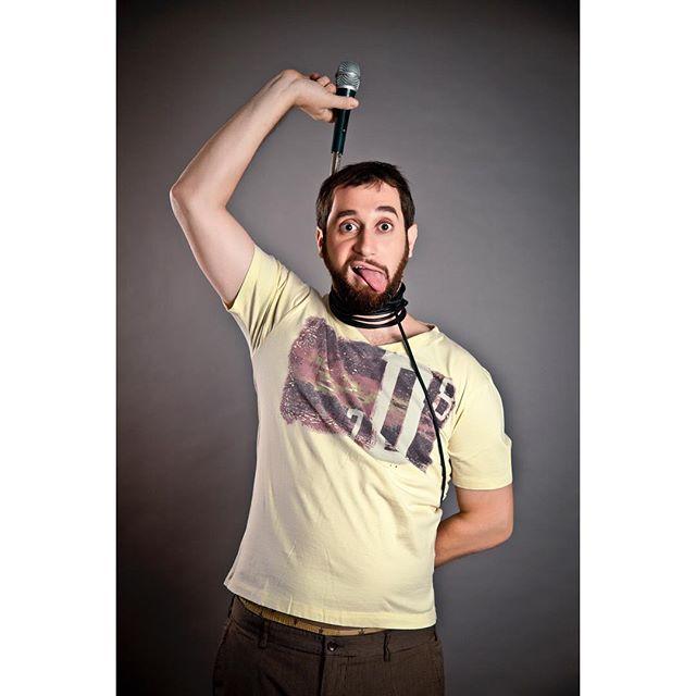 "#TBT 2012 @carloscomic cuando se dejaba fotografiar por: @gisellefiallophotography #gisellefiallophotography sin su acostumbrado ""tichel negro"". #standupcomedian #carloscomic #carlossanchez #photosession #portraitphotography #portrait"