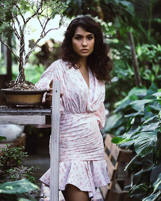 Wild and Free: @dawilda posando entre las ramas de @greenpaisajismo :::: 🌳 🌿 #gisellefiallophotography #fashionphotography #fashion #photoshoot #portrait