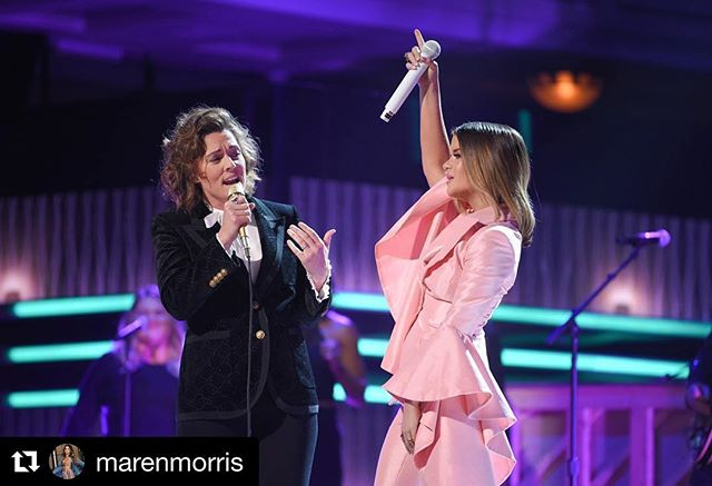 #cmtartistsoftheyear  #Repost @marenmorris with @get_repost ・・・ Tonight made my heart swell. Singing the Queen with my new love @brandicarlile . Thank you for sharing your soul with country music tonight. I've been wanting to sing with you for over a decade and Nashville LOVES YOU. And thank you @csiriano for making this custom suit for me in Aretha's favorite color. 🎀// 📷: @jasonkempin