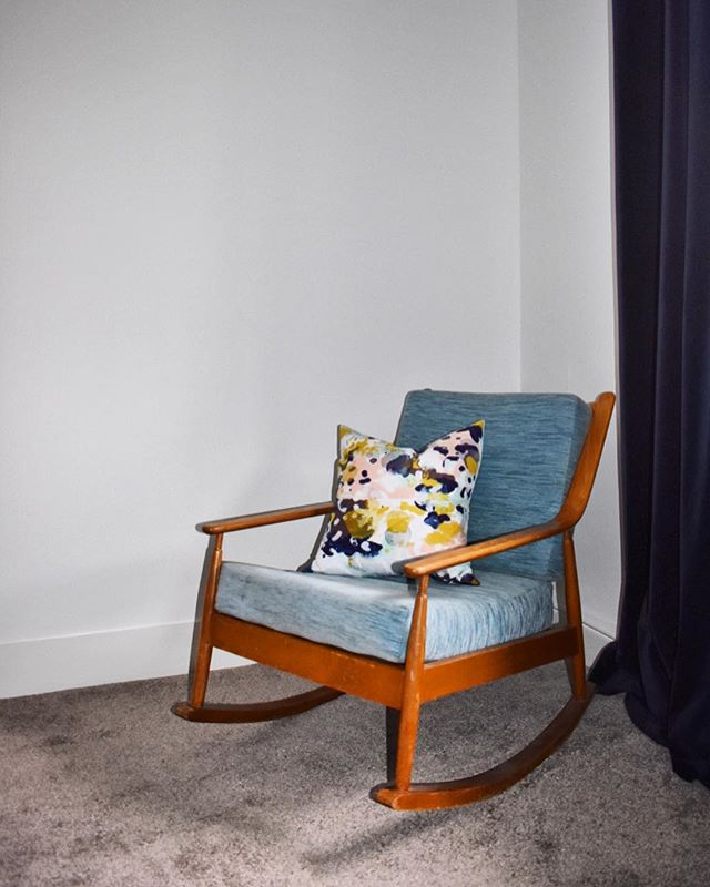 Story time... a month ago we received this gorgeous Ercol rocking chair. I wanted to keep it so bad but Mr Applebee insisted that it had to go live elsewhere...Anyway as soon as I put it in the showroom someone snapped it up immediately (obviously 🤦🏽‍♀️) ... then like some kind of miracle, the person we originally got it off found another identical chair in storage... so moral of the story is ... there is no moral just dumb luck! 🍀 If you are looking for a beautiful chair like this PM us as we will be getting more in soon! . . . . . . . . . . #lounge #myhomevibe #myhomestyle #interiorboom #styleithappy #myhomevibe #howivintage #myvintagevibe #apartmenttherapy #designsponge #cornerofmyhome #interiorinspo #interiorstyling #interiordetails #vintagehomedecor #midcentury #myeclecticmix #colourpop #colourmyhome #pocketofmyhome #interiores #livingroom #livingroominspo #myFABhome #beautifulhomes #interior4all #sassyhomestyle #vintageinterior #vintagehome #myvintagehome