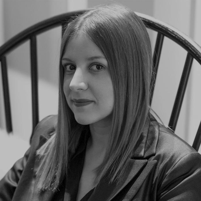"""МОНИКА ЛОЗАНОВСКА   — дизајнер на накит    Моника Лозановска дипломирала на школата за дизајн на современ накит """"Алкимија"""" во Фиренца и потоа на """"Школата за уметности и занаети"""" во Барселона. Применувајки ги стекнатите вештини во изработката на традиционалната техника филигранистика основа филигранска асоцијација иго започнува сопствениот бренд за современ накит Еклектика, а нејзиното атеље се наоѓа во старата чаршија на Скопје."""