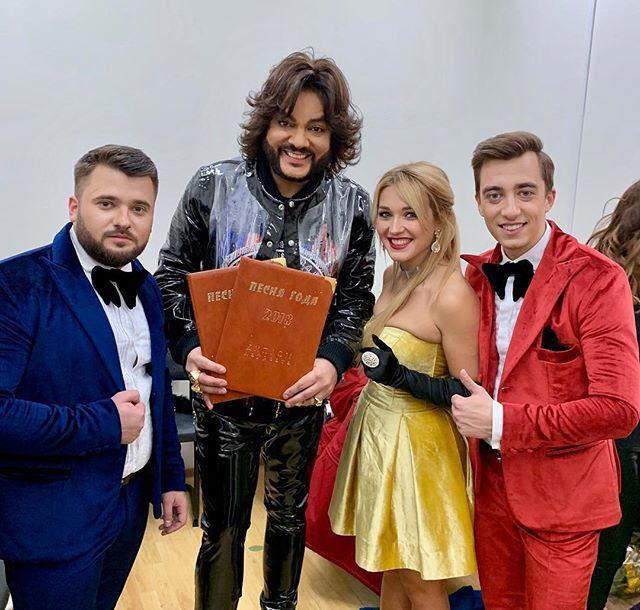 Диплом « Песня года 2018» в наших руках, кто бы мог подумать! Впервые, за долгое время, артисты из Молдовы выходят на сцену «Песни года» . @sergiu_mita_doredos @fkirkorov @eugeniuandrianov @pesnyagoda_official  @newwave_official @marinadjundiet #myluckyday #music #doredos #eurovision2018 #songoftheyear #песнягода #москва #moscow