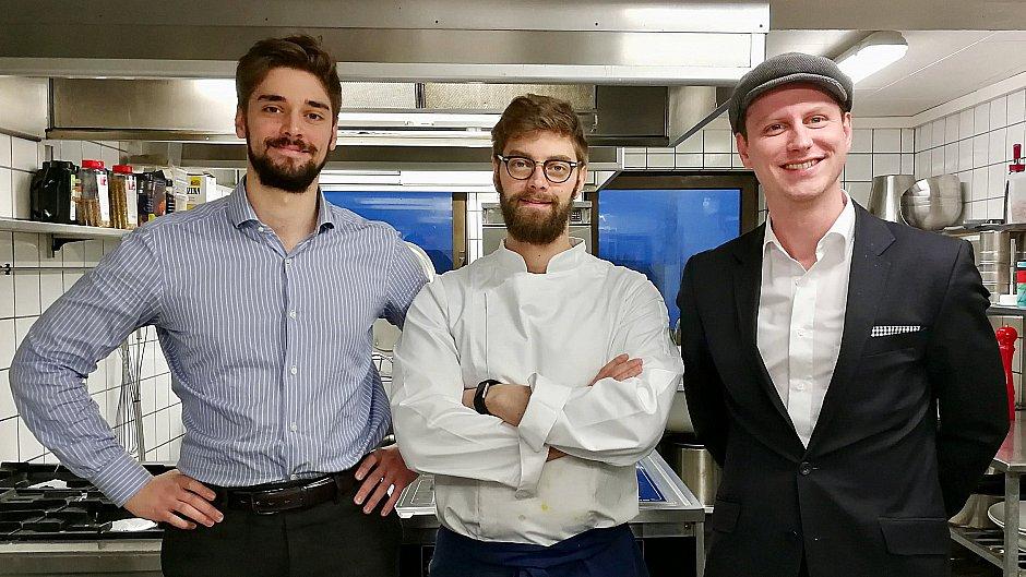 TV MIDTVEST - 11/03/18: God mad skal redde gammelt badehotel: - Vi vil være de bedste   Vedersø Klit Badehotel er for nylig blevet overtaget af en ny forpagtertrio, som vil gøre hotellet til et kulinarisk fyrtårn i Midt- og Vestjylland.  Læs hele artiklen    her  .