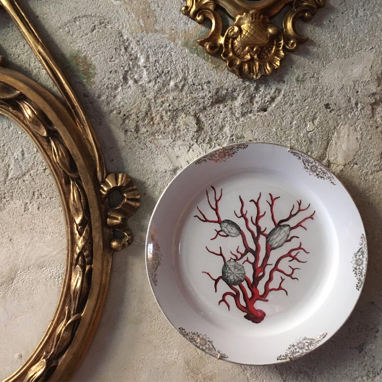 Come Appendere Piatti In Ceramica come arredare una parete con piatti decorativi: la