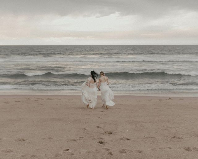 run away brides.⠀⠀⠀⠀⠀⠀⠀⠀⠀ -⠀⠀⠀⠀⠀⠀⠀⠀⠀ it was a destination elopement for them. and a run in my backyard for me 😜⠀⠀⠀⠀⠀⠀⠀⠀⠀ we all win.