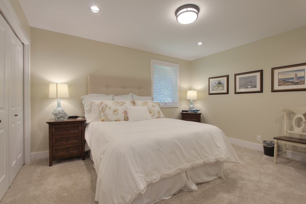 PACKAGE 5- QUEEN BED W/ SHARED BATH   Features: Shared Queen bed, shared bath, option for private space