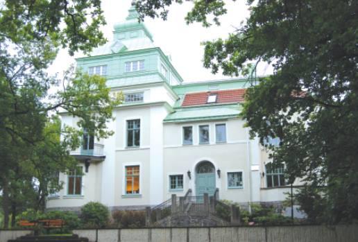 Villa Fannalund - Fannalunds Slott i Enköping ligger ca 40 min från Stockholm. Slottet byggdes av J-P Johansson, mannen som uppfann skiftnyckeln.Det är en härlig atmosfär här inne, mycket ljus och helande energi.