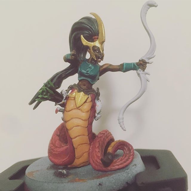Bit of a long-term WIP. I'm really not good at painting flesh and I'm no fan of that green, but now it's too late. Nice breaking out of the mold of drawing space men tho. Also, I hate basing in white I don't understand why I keep doing it. #daughtersofkhaine #naga #medusa #melusai