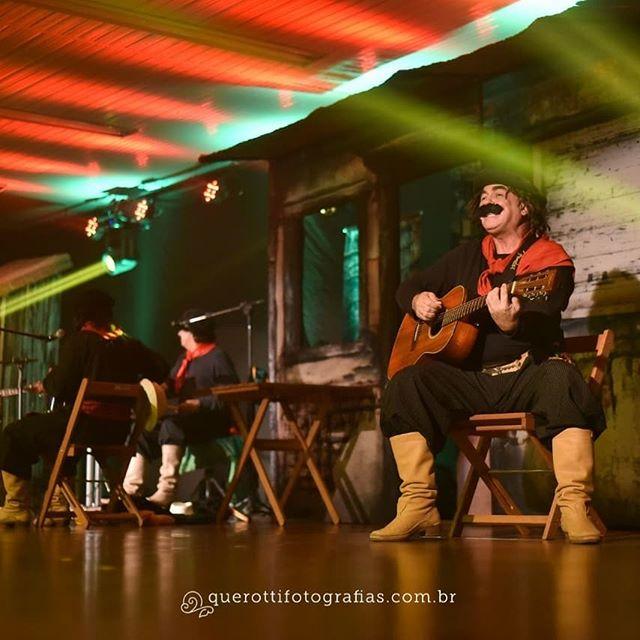 Um pouco do registro do grande espetáculo do Guri de Uruguaiana @jairkobe no auditório da Ulbra em Guaíba. Registros únicos da grande equipe da @querottifotografias.  Acústica, o som e a luz que fazem a diferença!  #teatro #gurideuruguaiana #luzcenica #someluz #iluminacao