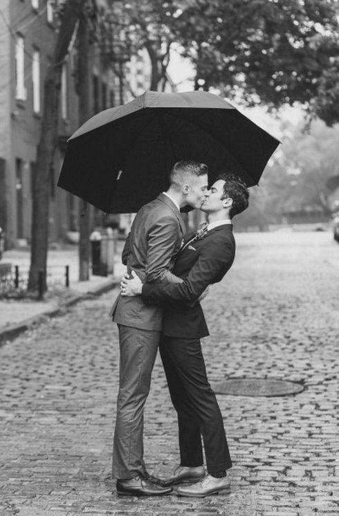 Two-Men-Kissing-Gay-Kiss-Photos-Pics14.jpg