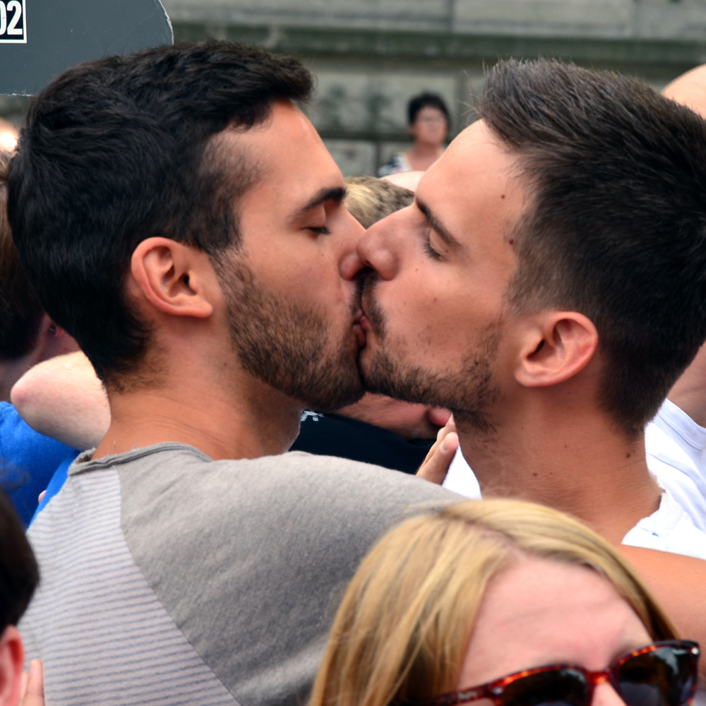 Two-Men-Kissing-Gay-Kiss-Photos-Pics43.jpg