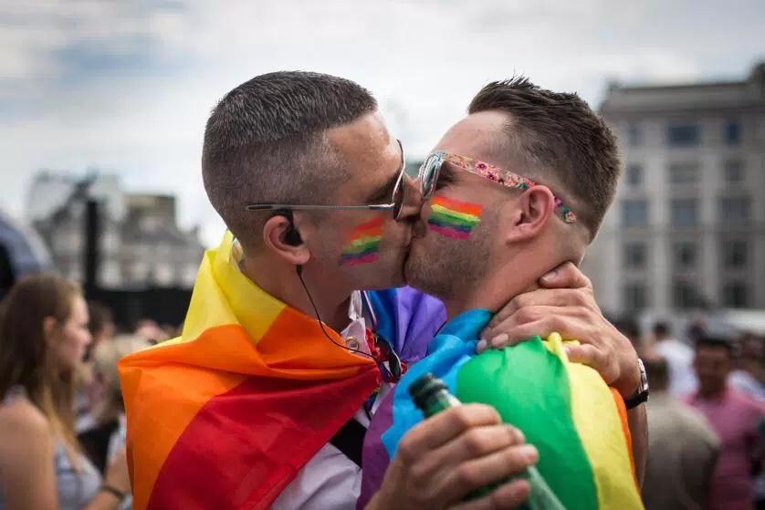 Two-Men-Kissing-Gay-Kiss-Photos-Pics83.jpg