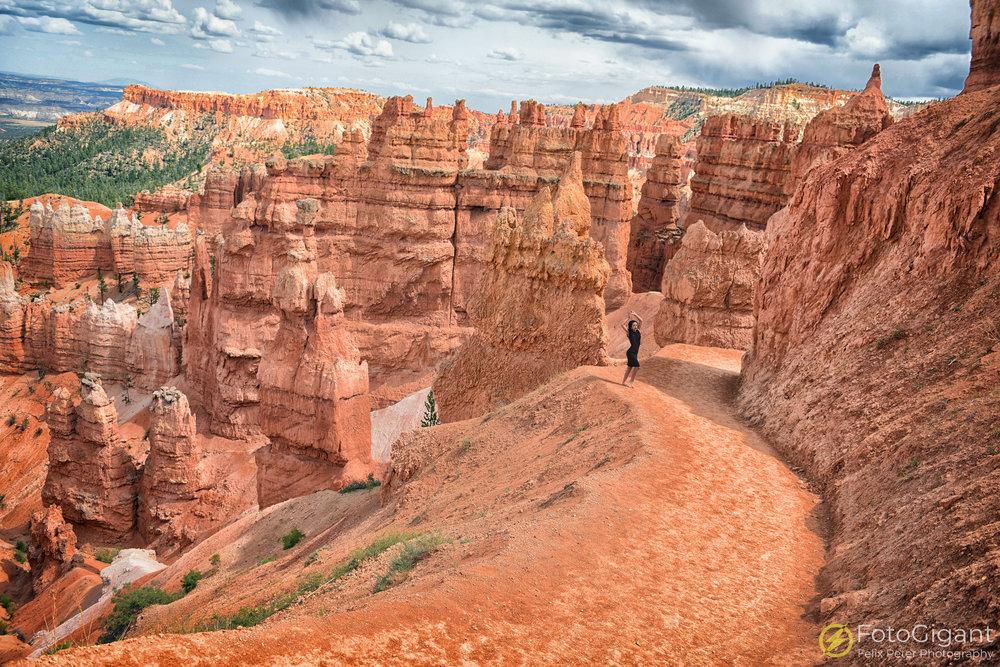 Bryce Canyon ist eine geniale Location. Mit etwas Glück erwischt man auch die beliebtesten Spots menschenleer. Annalinda musst manchmal geduldig auf den richtigen Moment warten bis die Lichtstimmung an diesem eher regnerischen Tag passte.