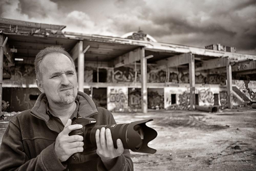 Felix on Location......mit kritischem Blick immer auf der Suche nach neuen Hintergründen. - Foto: Kaspar Zenklusen [Germany, 2014]