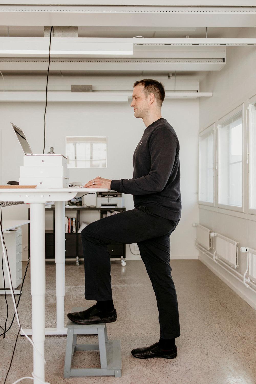 Istuen tuolin reunalla - näin joudut kannattelemaan asentoasi paremmin.