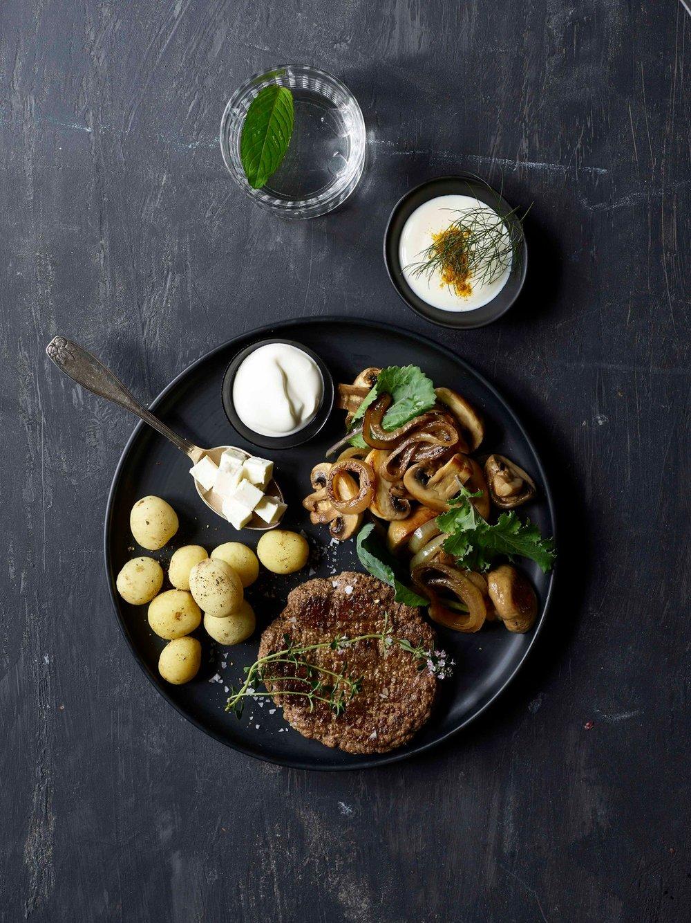 Hakkebøf med kartofler og løg. Hverdagsmad som vi alle kender og kan lide det.