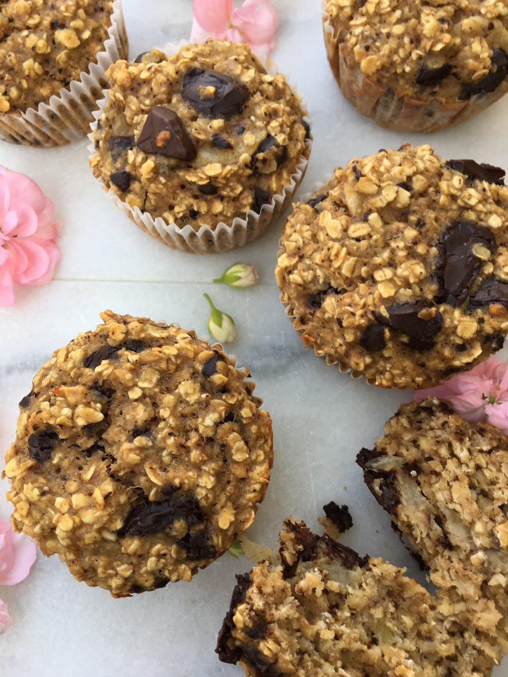 De her peanutbutter-banan-chokolade-havregryns-muffins smager skønt af kage, har en lækker konsistens og er nemme at lave. De kan holde sig friske i køleskabet kan fryses ned, og mætter godt. -