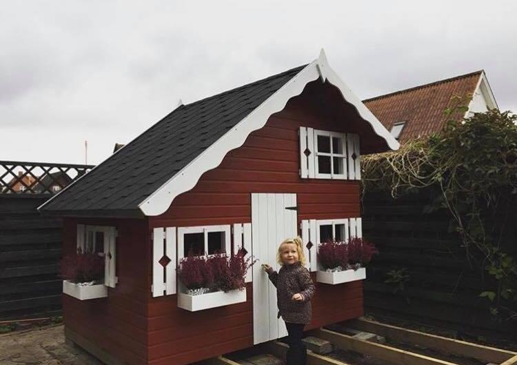 @signebach s datter har dette fine røde svensk-inspireret legehus ude i haven. Er det ikke smukt?