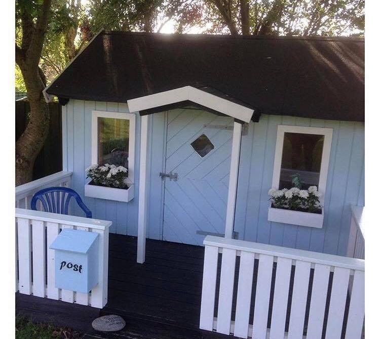 Velkommen i det blå hus :-) @sophie_valgren har dette fine hus ude i sin have. Hvilken farve man maler sit barns legehus er helt op til en selv, det er kun fantasien der sætter grænser.
