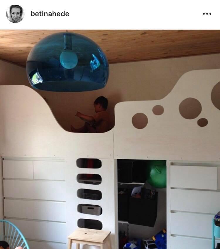 Denne fine seng er bygget oven på ikea kommoder. Så den fungere både som seng, opbevaring og hule - det er da smart!