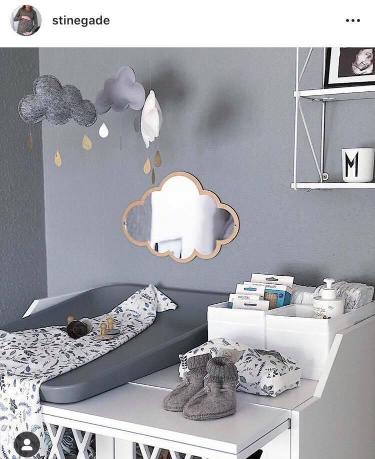 Børneværelset - Endnu en klassiker er at have puslebordet på værelset. Her er der et hav af muligheder for dekoration - her ses et fint spejl som blandt andet er med til at styrke babys nakke.