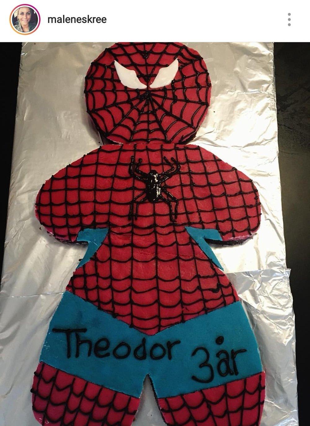 Her er det Theodor der er vild med spidermand, som har fået kagen. Er den ikke fin? Du kan enten kaste dig ud i fondant eller i marcipan til toppen. Alternativt kan du farve flødeskum eller glaslur :-)