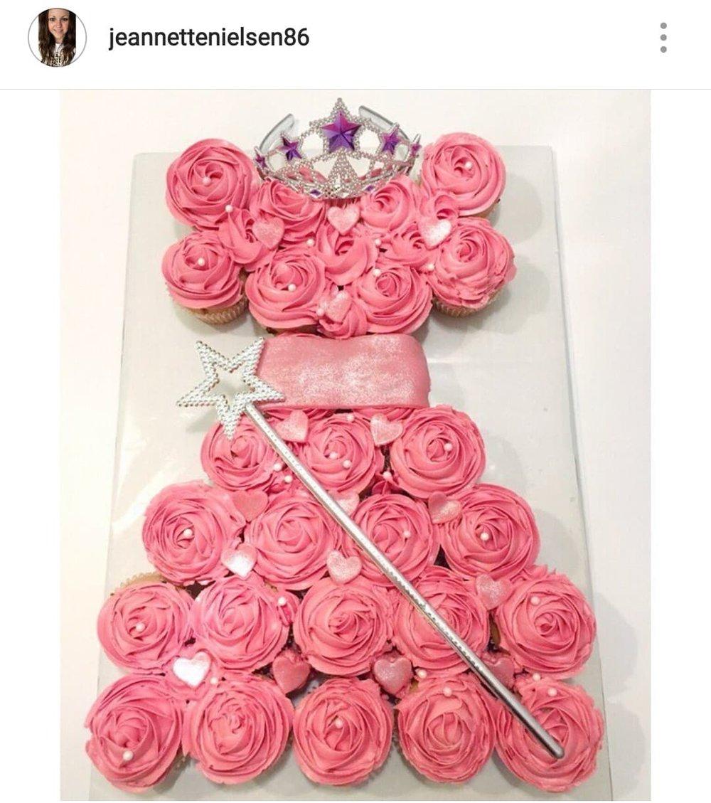 Her er der endnu en skøn pull-apart kage, denne er formet som en fin prinsesse kjole! Vi er vilde med denne enkle og flotte idé.