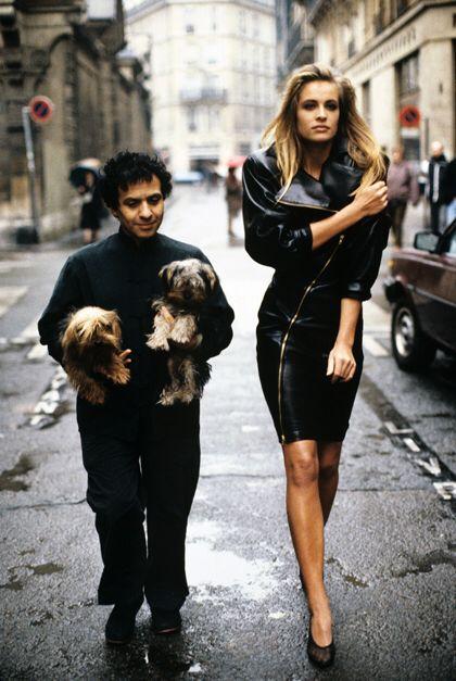 Azzedine Alaïa et le mannequin Frederique dans le Marais, pour Vogue Paris en 1986 par Arthur Elgort/Conde Nast/Contour by Getty Images