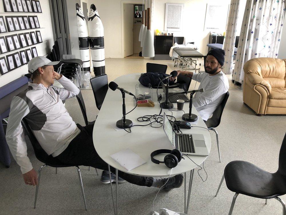 Her er Kasper Søndergaard og Jakob Green ved at gøre klar til interviewet i Skjern.