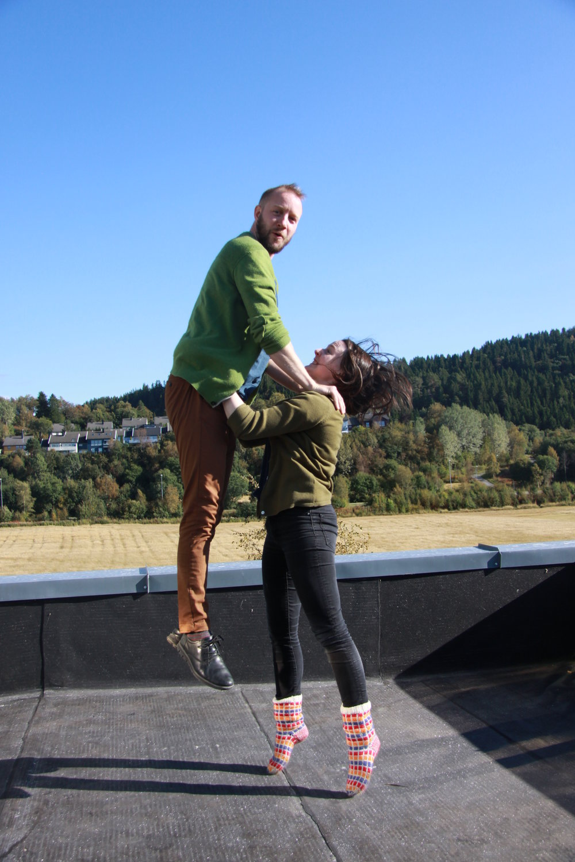 Det blir løft og høye spark når Torill Steinjord og Sigurd Heide underviser folkedans fra Troms (foto: Tone Erlien)