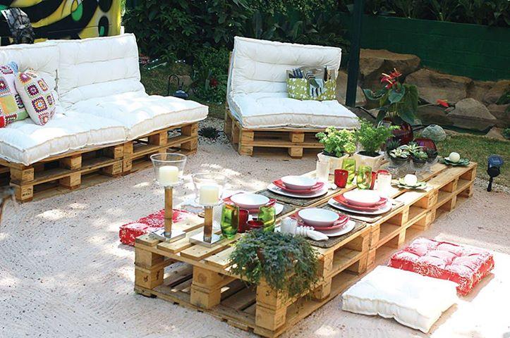 gartengestaltung-mit-sand-und-gartenmöbel-aus-paletten.jpg