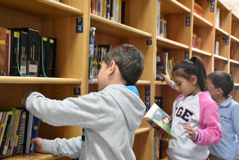 Özel Ege Kütüphanesi, 600 metre kare alan üzerine kurulu, 71.842 kitaplık bir dermeye sahip, ülkenin en büyük okul kütüphanelerindendir. -