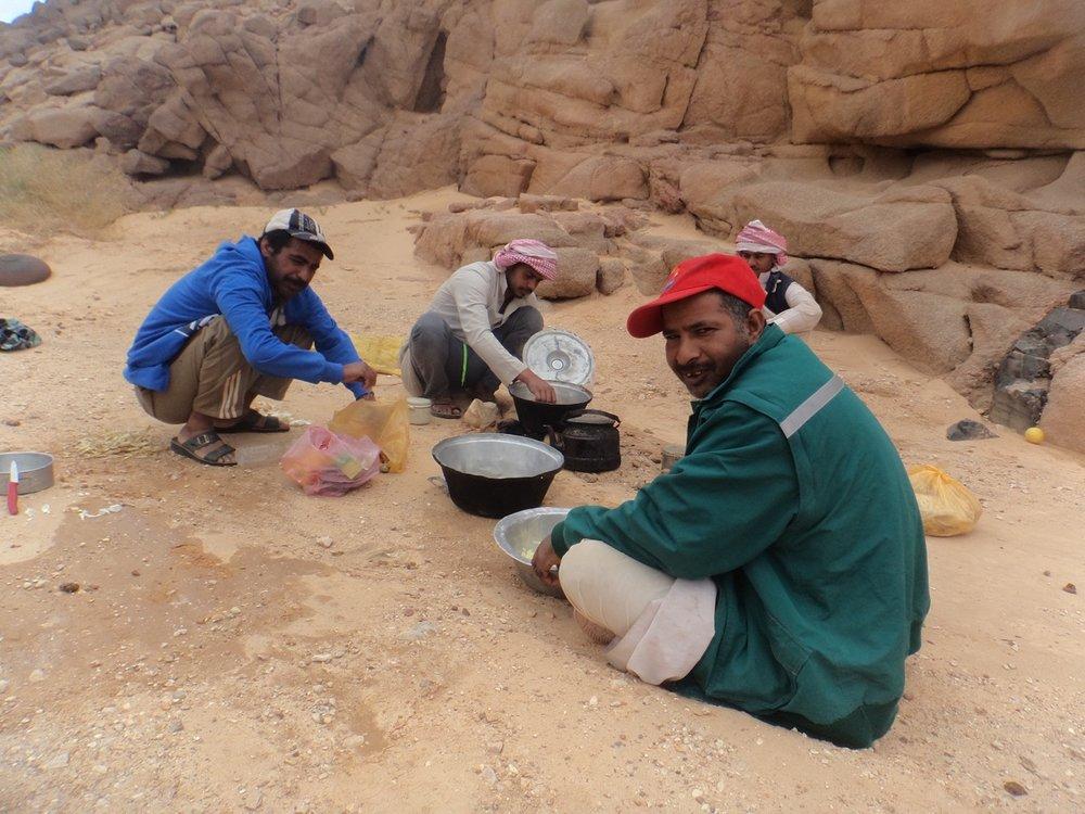 De Muzayna stam is zo'n 400 jaar geleden vanuit Saudi-Arabië in de Sinaï terechtgekomen. - Eeuwenlang trokken zij door de Sinaï woestijn met hun kuddes van weidegrond naar weidegrond.Tegenwoordig zijn bedoeïenen afhankelijk van het toerisme. Daarom zijn zij nooit zeker van werk en leven zij van een schamel inkomen.