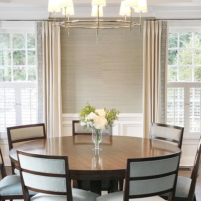Put the finishing touches on this dining room today and installed the window treatments. Thank you @rgarnercustomdesigns for your amazing touch. #interiordesign #rounddiningtable #grasscloth #wallpaper #customwindowtreatments #diningroom