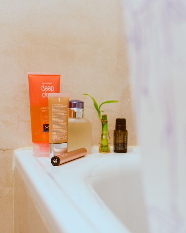 Sunday is perfect for a meditation moment in a warm bath with your best jay. If you forgot it, don't worry about unwanted hands, our single carrier is child-resistant certified. . . . . #childresistant #bathtime #relaxation #chill #meditation #zen #detox #essentialoils #fragance #cannabis #sativa #indica #hybrid #bubbles #bathbomb