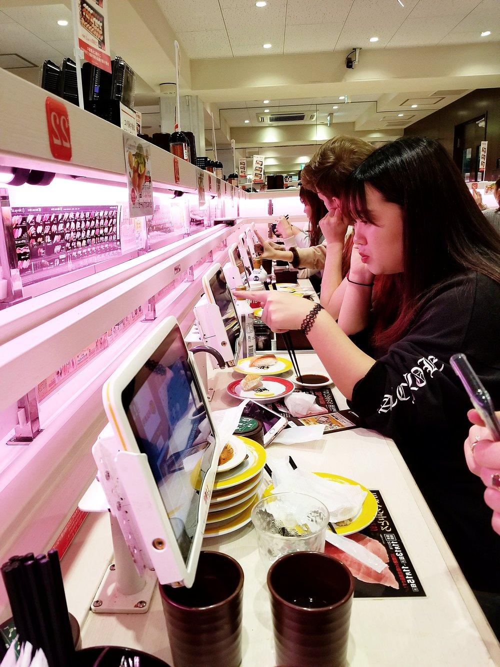 uprooted-traveler-vegan-guide-to-tokyo-genki-sushi-conveyer