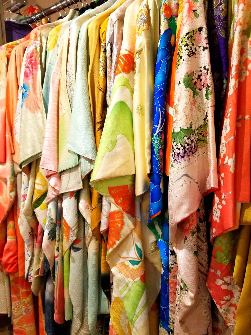 uprooted-traveler-kyoto-kimono-nishiki-market-random.jpg