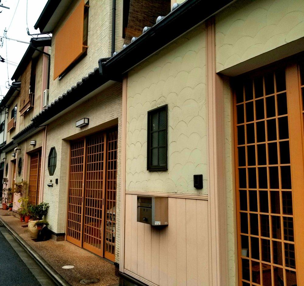 uprooted-traveler-kyoto-street-random.jpg
