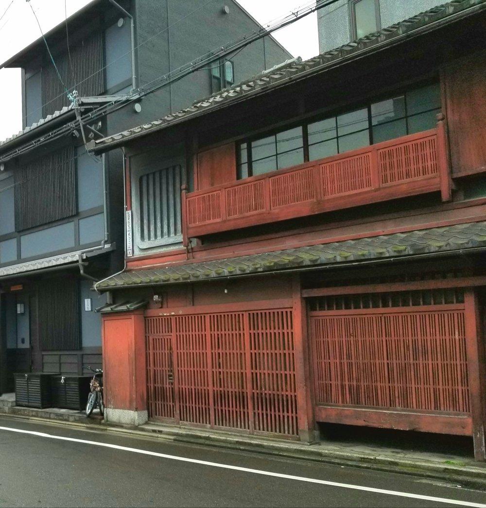 uprooted-traveler-kyoto-gion-street-random.jpg