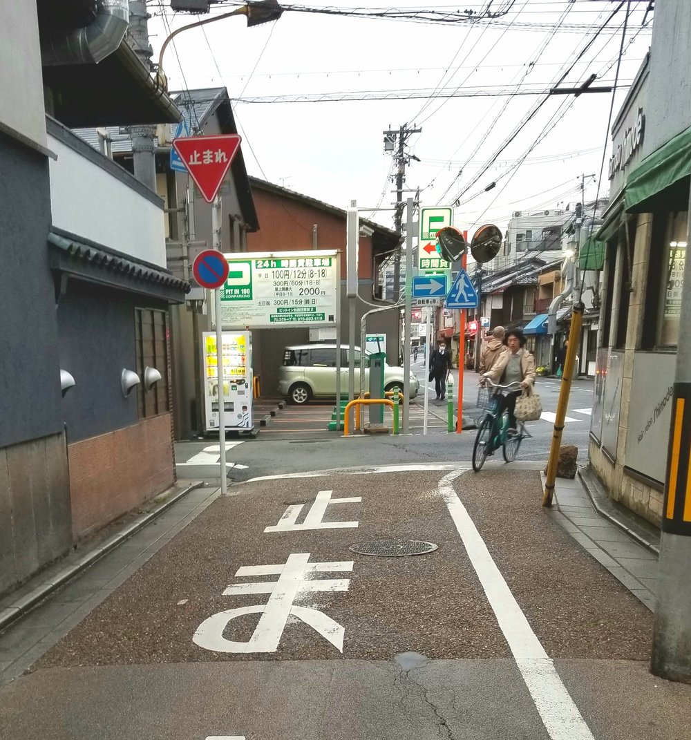 uprooted-traveler-vegan-guide-kyoto-gion-street