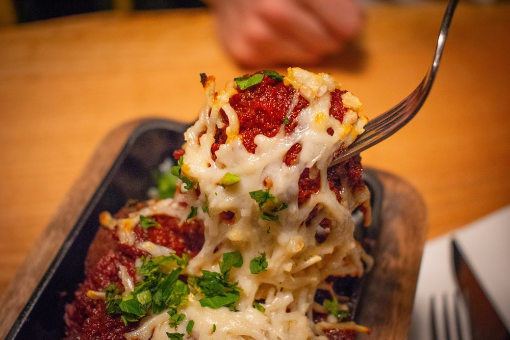 Uprooted-Traveler-Hugo's-Pizzeria-St-Louis-vegan-meatball-cheese-pizza.jpg