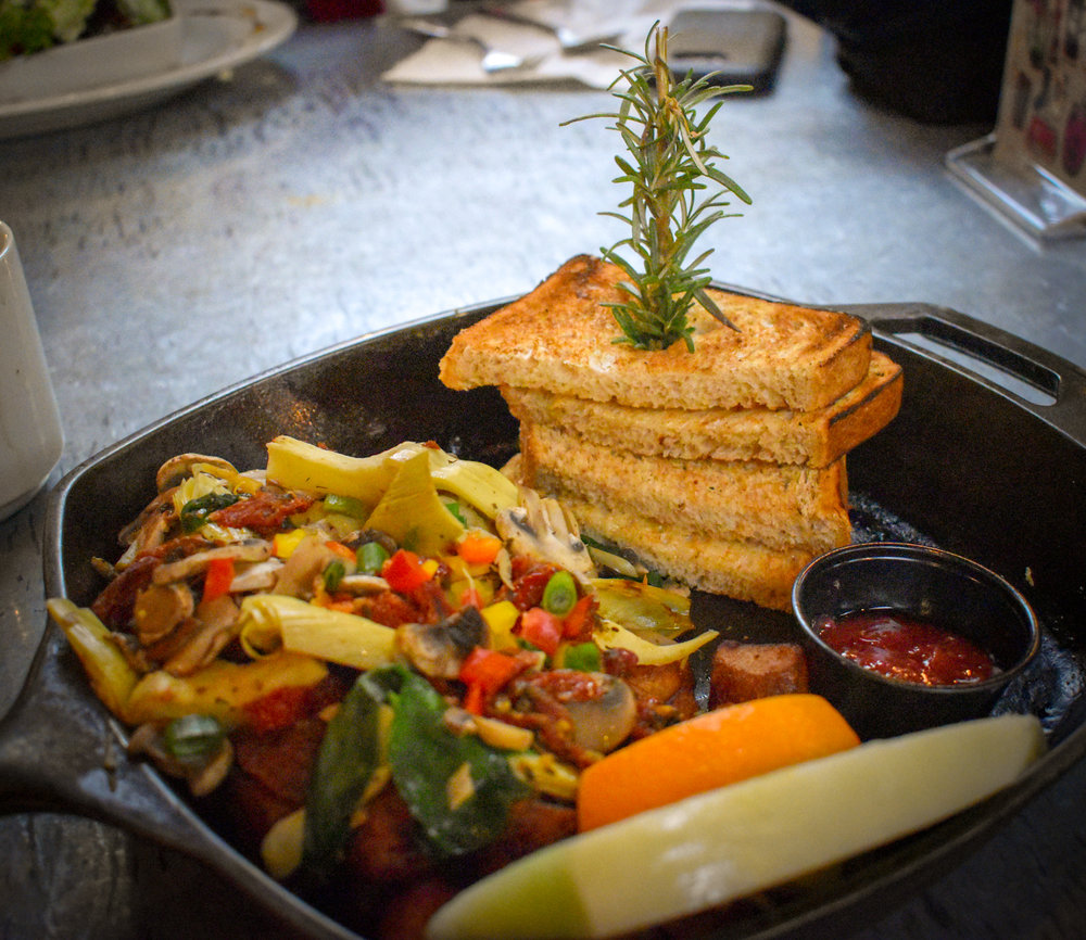 Uprooted-Traveler-How-To-Plan-a-Vegas-Bachelorette-Party-hash-house-a-go-go-brunch.jpg