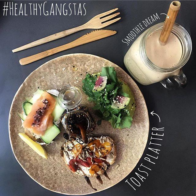 Buenos días #Helahtygangstas! Hoy les compartiremos esta foto de uno de nuestros paquetes favoritos! Toast platter más smoothie! Un desayuno completo y nutritivo! 📸 @eshoradecomer