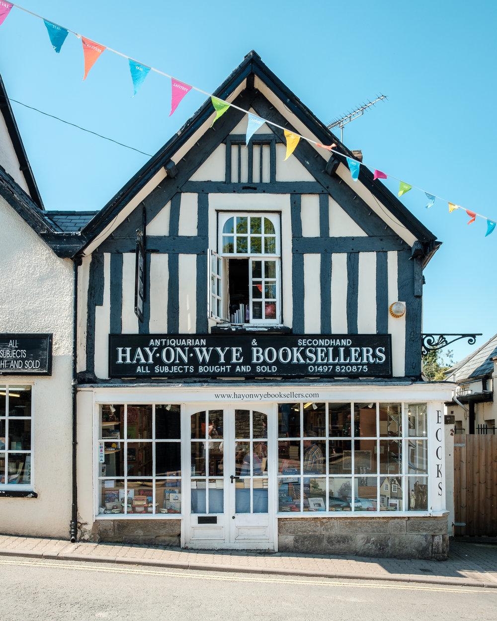 Hay-On-Wye är en stad full av bokhandlare och hundar.